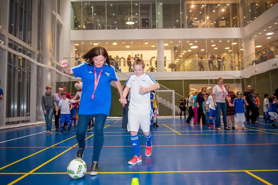 Антоний играет в футбольной команде, которую поддерживают благотворительные фонды «Синдром любви» и «Даунсайд Ап» Фото: благотворительный фонд «Синдром любви»