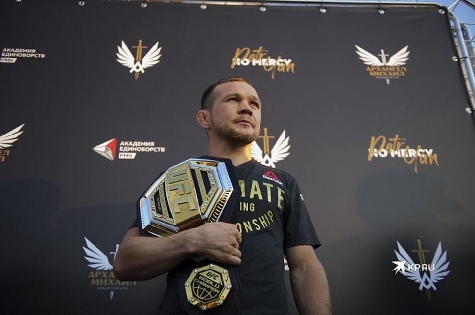 Россиянин лишился титула чемпиона UFC после запрещенного удара коленом в голову