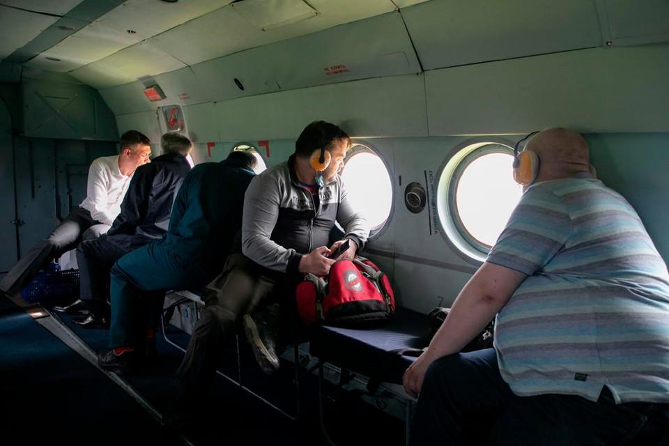 Экологи облетают на вертолете место разлива нефтепродуктов. Фото: Денис ФЕДОРОВ