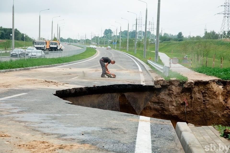 Владимир Караник прокомментировал обрушение участка дороги около нового автомобильного моста в Гродно. Фото: sb.by