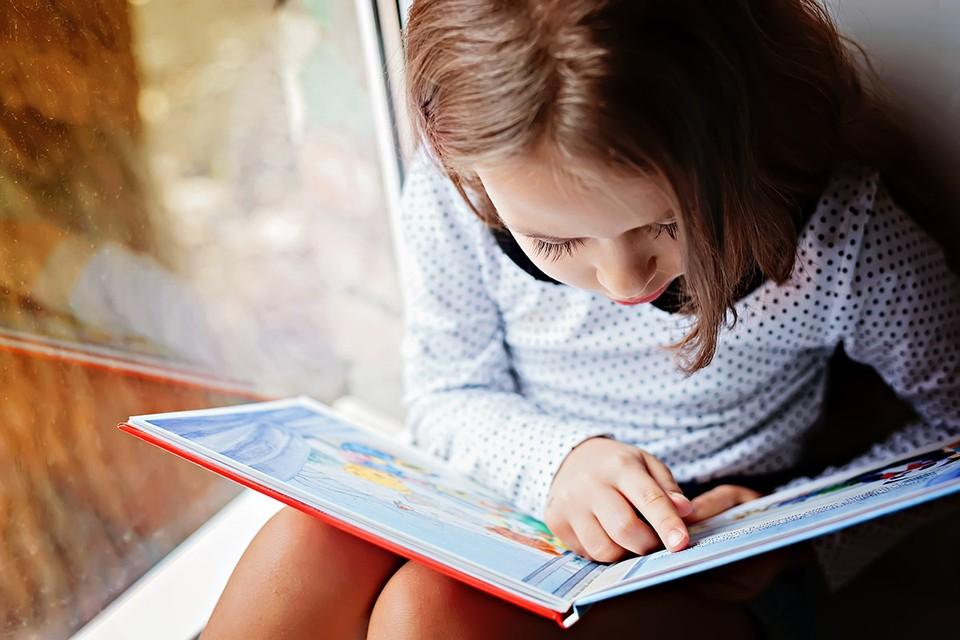 Дети ждут каникул как время полной свободы, но на деле эта свобода чаще всего означает лишь неограниченный доступ к планшету или смартфону. Наша подборка с самыми интересными книгами отвлечёт их от гаджетов и не даст заскучать