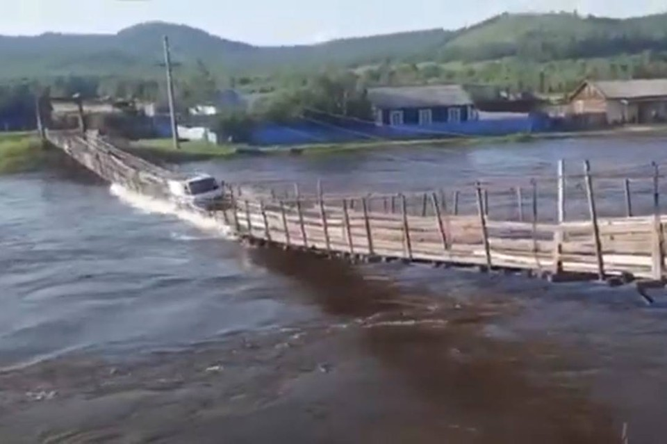 «Жесть, что будет!»: дети в Забайкалье сняли, как водитель с грузовиком пошёл ко дну с лопнувшего моста