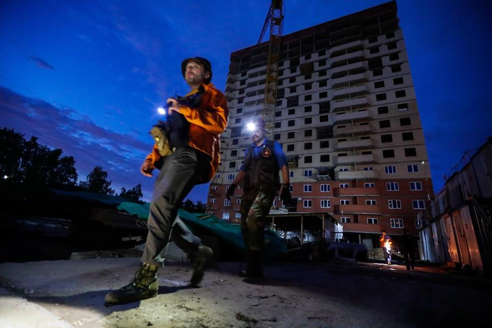 """Добровольцы отряда """"Лиза Алерт"""" во время поисково-спасательных работ в Подольске. Фото: Артем Геодакян/ТАСС"""