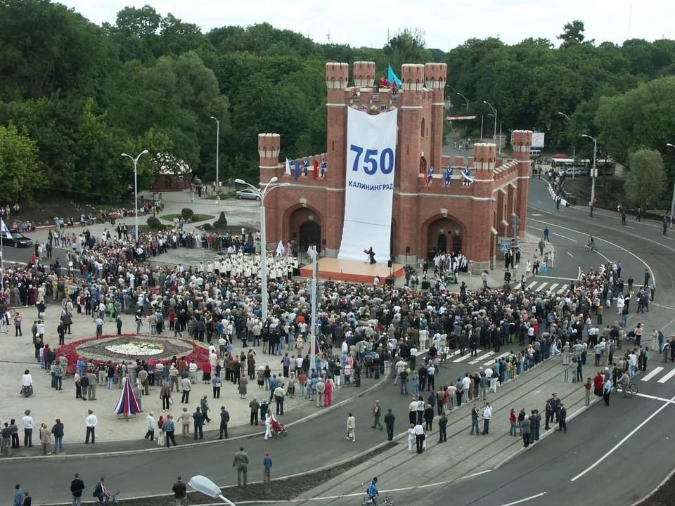 Гуляли аж три дня – с 1 по 3 июля. А началось все с открытия возвращенных к жизни Королевских ворот, которые стали символом этого юбилея.