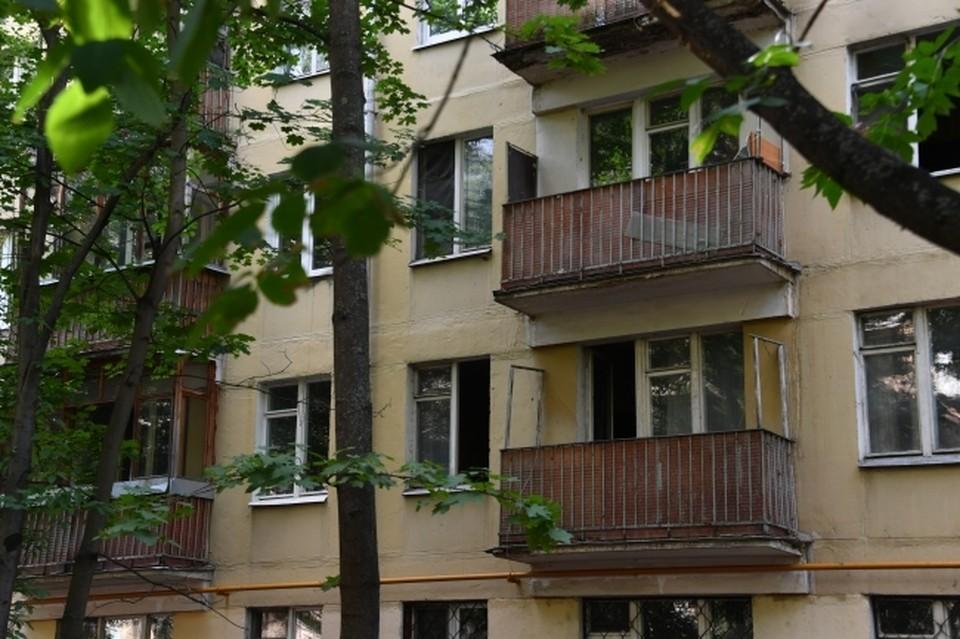Сыктывкарец поскользнулся и упал с крыши пятиэтажного дома