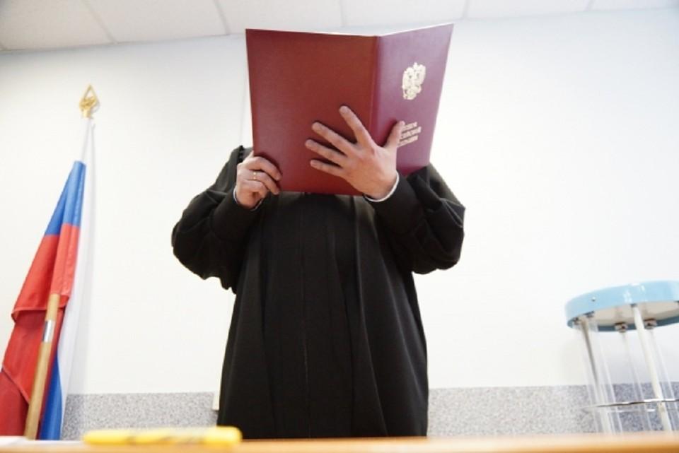 Суд вынес приговор сибиряку, платившему за покупки фальшивыми пятитысячными купюрами.