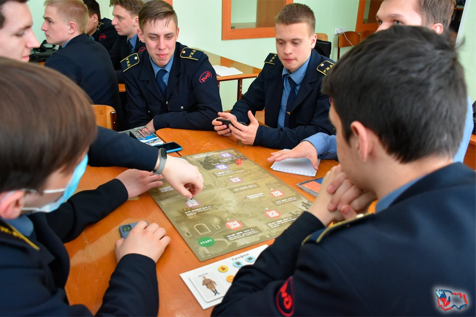 Такая настольная игра - отличная возможность проверить и улучшить свои знания по истории. Фото: ГКУ НСО «Центр патриотического воспитания».