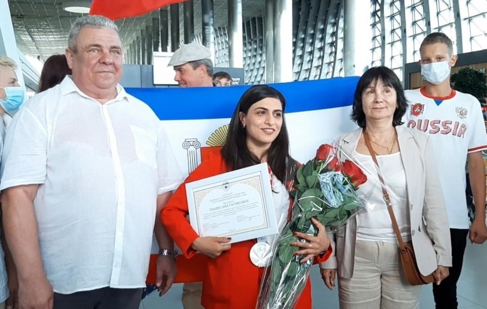 Крымскую спортсменку в симферопольском аэропорту встретили родные и болельщики