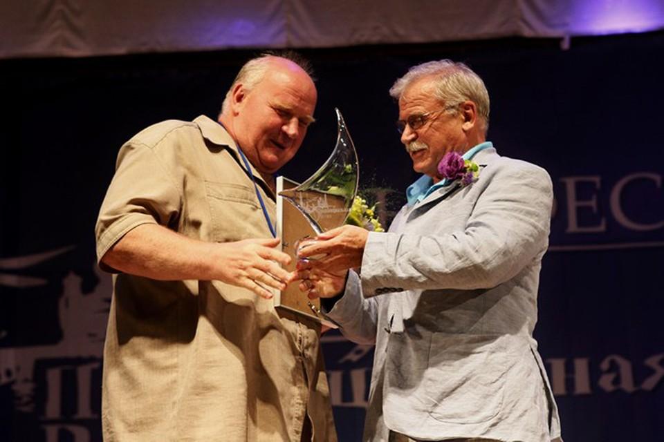 Сергей Никоненко вручает Сергею Фетисову премию за лучшую актерскую работу и за лучший фильм