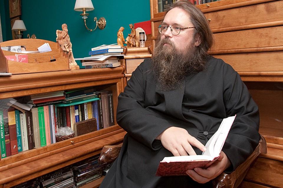 Сам же Кураев предполагает, что его уволили из-за гомосексуального скандала в Казанской семинарии