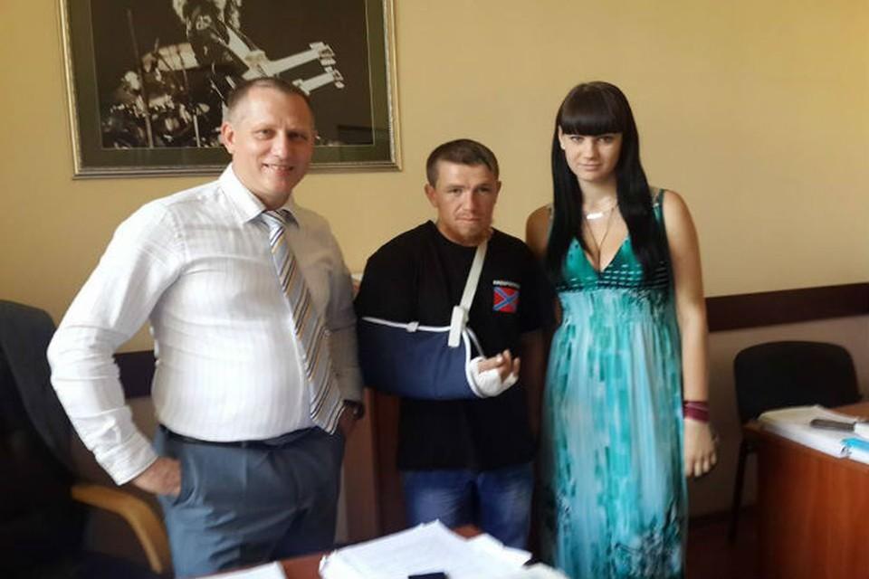 Моторола (на фото в центре) еще несколько недель назад отчаянно сражался в Славянске
